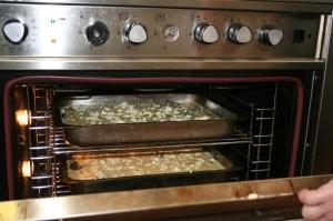 Mengsel van creme fraiche, eier en parmesan is bo-op geskep en daarna is die quiche in die oond gesit
